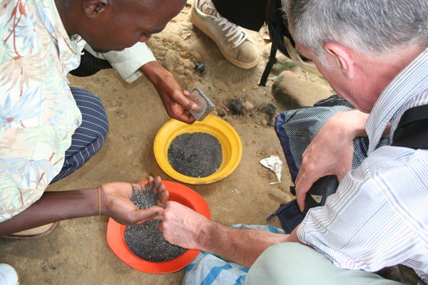 AI mission delegates being shown coltan and cassiterite, Tchonka, Shabunda territory, South Kivu province, eastern DRC, April 2009. Copyright Amnesty International