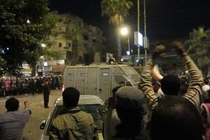 Demonstrators and security forces outside the presidential palace ©Amnesty International