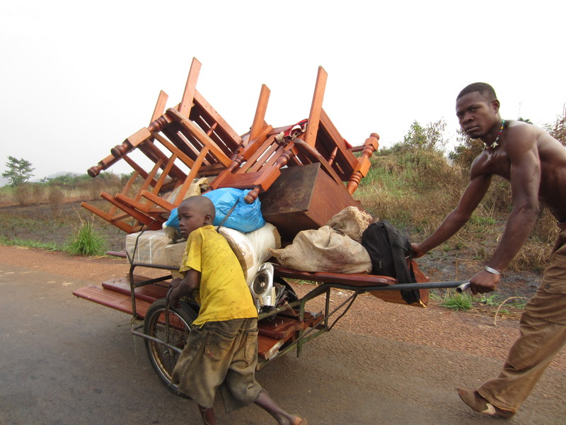 Christian residents looting the homes of their Muslim neighbors, who were forcibly displaced by anti-balaka militia (Photo Credit: Amnesty International).