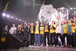 """Musicians and Amnesty staff and volunteers sing """"I Shall Be Released"""" to close out the Bringing Human Rights Home Concert"""