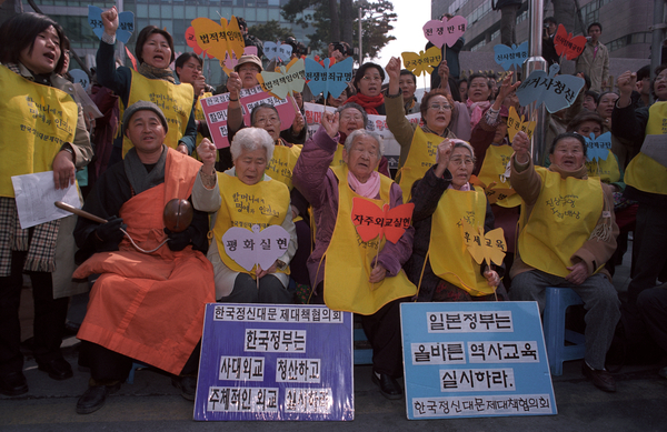 Women from the house of sharing at the 'Wednesday Demo' outside Japanese Embassy, Seoul. (Photo Credit: Amnesty International)