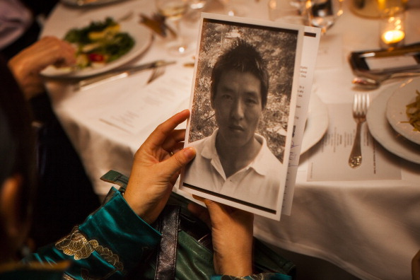 Lhamo Tso, wife of Dhondup Wangchen, holds a petition for her then-imprisoned husband at the Committee to Protect Journalists' International Freedom Awards Dinner in 2012. (Photo credit: Michael Nagle/Getty Images for Committee to Protect Journalists)