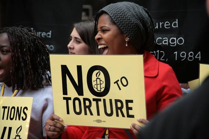 An activist at an Amnesty rally in Chicago calling on the City Council to pass  the Reparations Ordinance for the Chicago Police Torture Survivors (Photo Credit: Amnesty International).