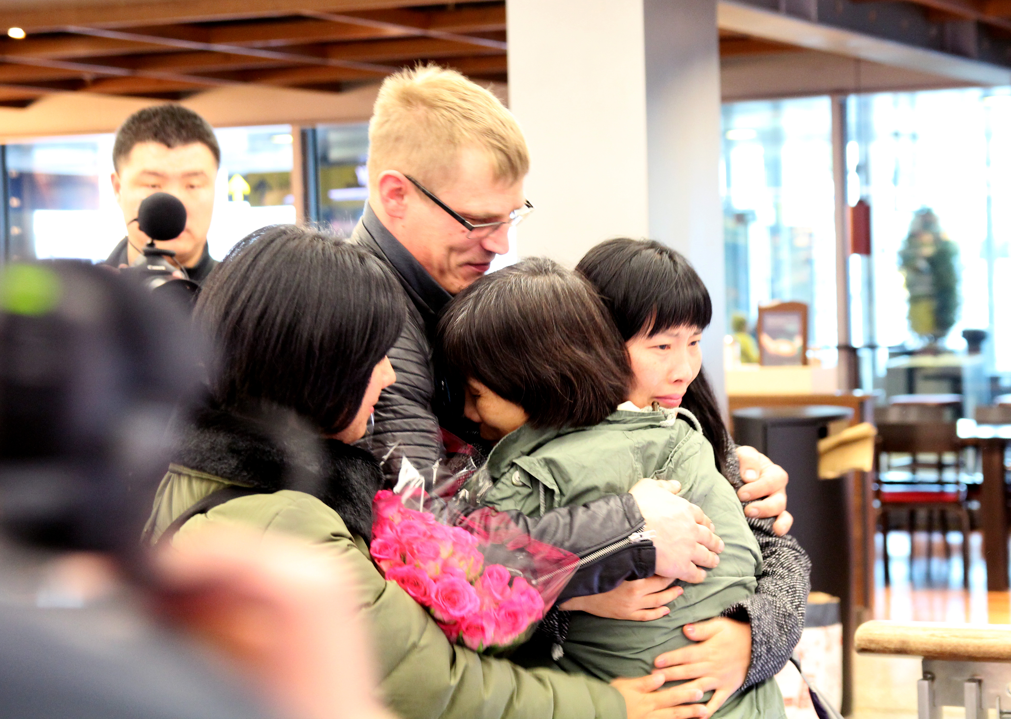 Former Chinese prisoner of conscience Chen Zhenping was greeted by her family and Amnesty International Finland activists upon her arrival to Finland.  Falun Gong practitioner Chen Zhenping was detained in August 2008 and sentenced to eight-years behind bars. While imprisoned, she endured brutal torture and ill-treatment- all because of her religious beliefs.