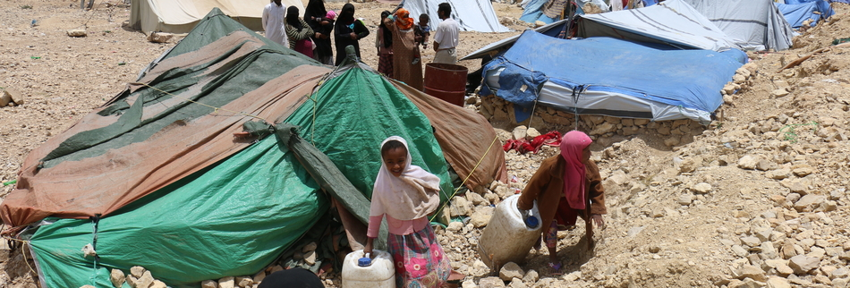 Displaced children carrying water; IDP camp in Khamir (Amran governorate).
